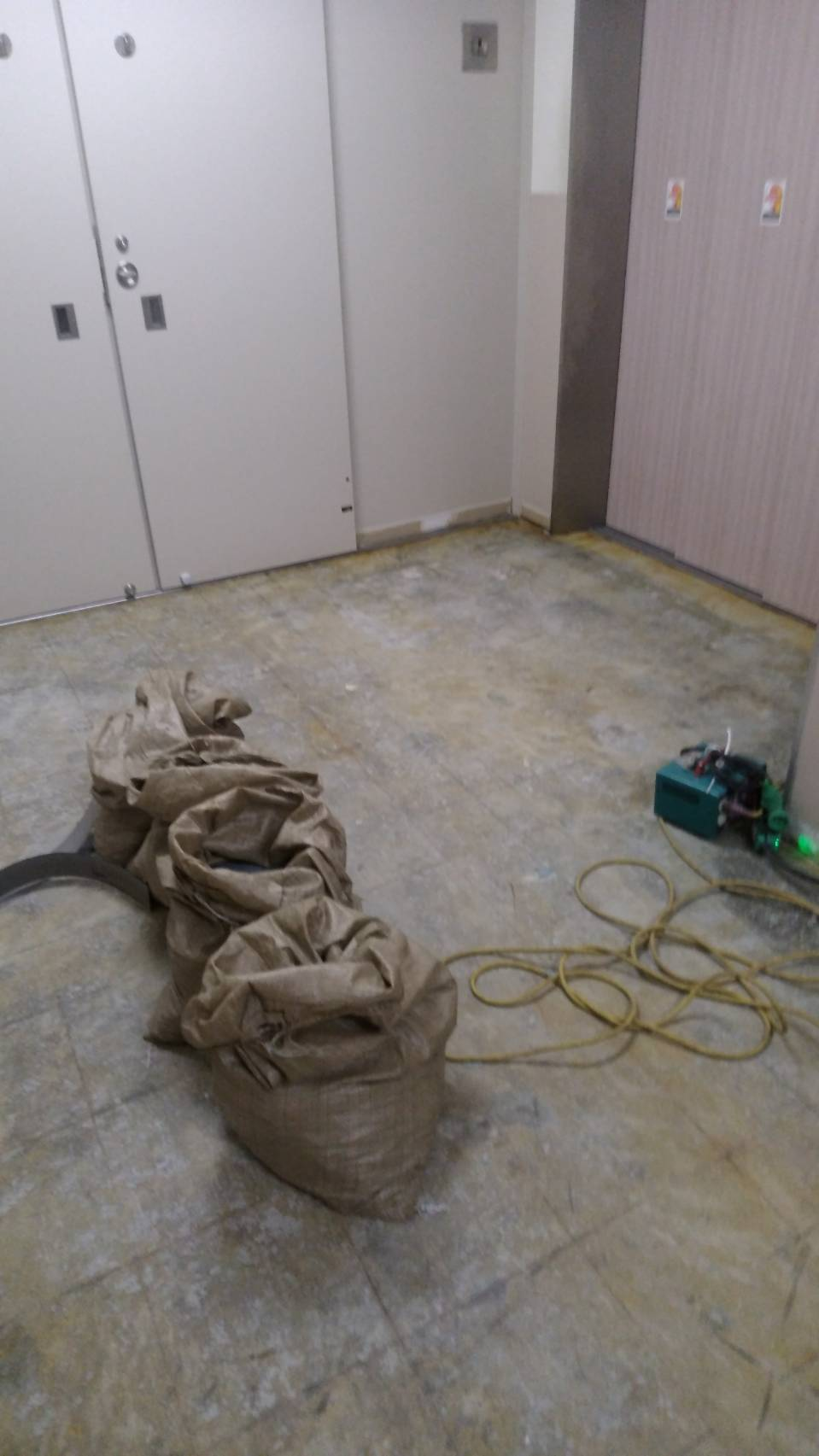 デパートの床剥がし作業を行いました