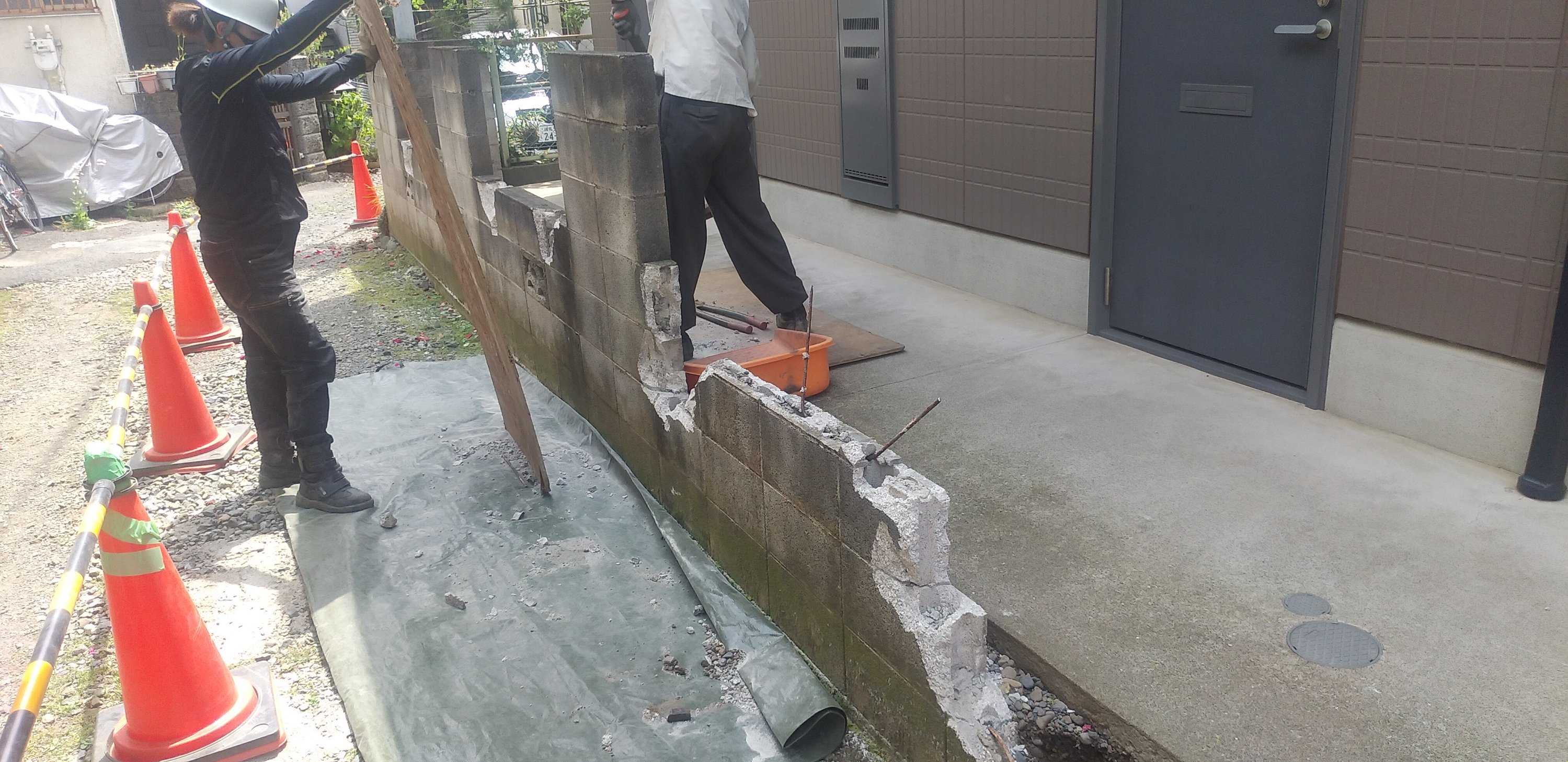 狭山市、所沢市、入間市、川越市で解体工事を行わせてもらっている旺馬工業です。 今回は練馬区でブロック塀と万年塀を撤去して新しくアルミフェンス取り付け工事を行わせていただきました。